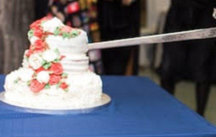 तलवारीने केक कापून वाढदिवस साजरा; पोलिसासह १८ जणांवर गुन्हा दाखल
